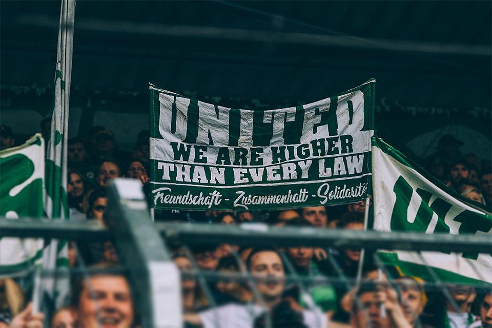 """Doppelhalter mit der Aufschrift """"United"""""""